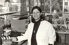 Esther Lederberg en su laboratorio de la Universidad de Standford, 1977