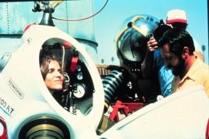 La Dra. Sylvia Earle se prepara para bucear con un traje