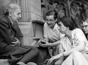 Lise Meitner con unas estudiantes (1959).