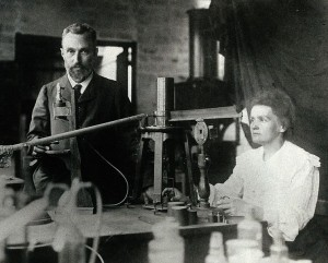 Pierre y Marie Curie en el laboratorio.