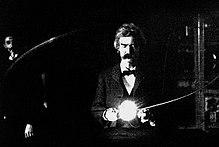 Twain en el laboratorio de Nikola Tesla (1894).