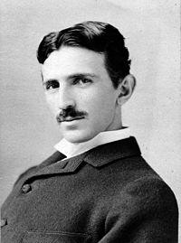 Fotografía de Nikola Tesla en 1895 a los 39 años de edad.