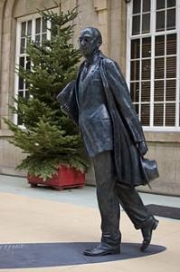 Estatua de Philip Larkin en Hull, Yorkshire del Este. Philip Arthur Larkin (9 de agosto de 1922 - 2 de diciembre de 1985) fue un poeta, bibliotecario, novelista y crítico de jazz británico. En 1945 publicó su primer libro de poesía. Es considerado por la crítica como uno de los poetas ingleses más aclamados de la segunda mitad del siglo XX.