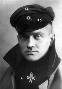 Manfred von Richthofen (1892 - 1918), más conocido como el «Barón Rojo», fue un piloto de cazas alemán durante la Primera Guerra Mundial. Es considerado el as de ases de la guerra porque consiguió derribar ochenta aeroplanos enemigos. En este retrato de 1917 luce la prestigiosa cruz azul Pour le Mérite, máxima condecoración militar alemana.