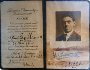 Henri Guillaumet fue un aviador francés. Nació en 1902 y falleció en 1940. Está considerado uno de los pilotos más importantes de la época inicial de la aviación francesa. En 1929 se embarcó rumbo a Río de Janeiro, para unirse al piloto Jean Mermoz, en la apertura de rutas aéreas en Sudamérica, volando para la nueva Compañía Aeroposta Argentina, filial de la Compagnie Génerale Aeropostale de Francia. La compañía estableció su sede en Buenos Aires, donde compartió tareas con Antoine de Saint-Exupéry, de quien se hizo amigo. En la imagen su licencia de piloto.