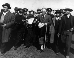 El 9 de enero de 1937, León Trotski llega a México. Frida Kahlo y Diego Rivera forman parte de la comitiva de bienvenida en Tampico.
