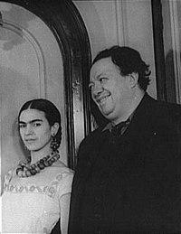 Frida Kahlo con Diego Rivera en 1932, fotografiados por Carl van Vechten.