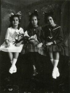 Frida (derecha), con su hermana Cristina (izquierda) y su mejor amiga | 1919.