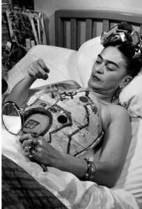Una vez que el doctor le prohibió pintar para evitar esfuerzos, Frida pintó con yodo su propio yeso.