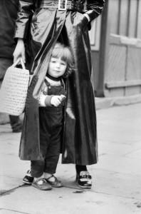 © CORBIS. La modelo JANE O'LEARY con su hija de dos años, SHANE, en HAMPSTEAD en 1969.