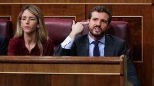 El presidente del PP, Pablo Casado, le hace un gesto a la bancada socialista durante la intervención de la portavoz de EH Bildu en el Congreso de los Diputados.