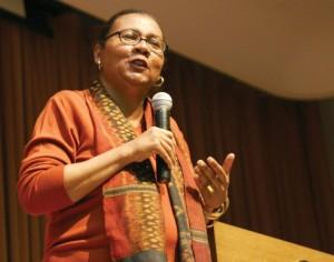 """Gloria Jean Watkins nació el 25 de septiembre de 1952, en Estados Unidos. Es escritora, feminista y activista social. Es conocida como """"bell hooks"""" (escrito en minúsculas), nombre que proviene del de su bisabuela materna, Bell Blair Hooks."""